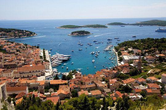 L'île de Hvar en Croatie est la reine parmi les îles Dalmates, connue dès l'antiquité pour sa position stratégique et nautique, mais aussi pour sa richesse de période historique, pour ses monuments culturels et naturels et sa littérature.  Considérée comme l'une des 10 plus belles îles du monde, sa nature méditerranée riche, ses traditions et sa vie la nuit y sont pour beaucoup. Hvar possède un patrimoine historique et culturel riche, qui date de la période préhistorique, mais aussi de…