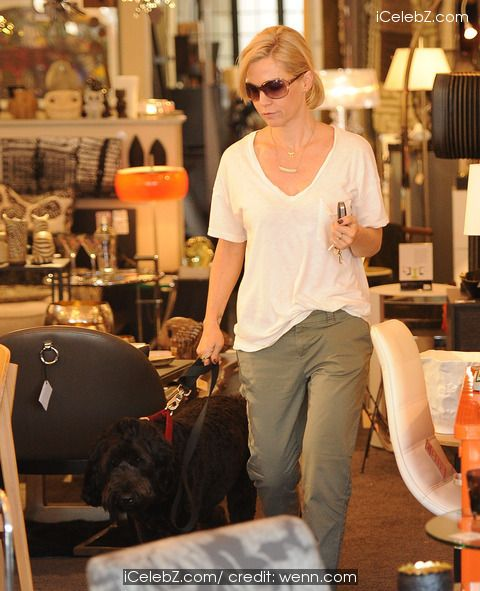 Jennie Garth Jennie Garth out shopping for home furnishings with her dog http://www.icelebz.com/events/jennie_garth_out_shopping_for_home_furnishings_with_her_dog/photo2.html