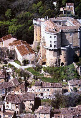 Castelos medievais: No castelo medieval: troca de bons ofícios
