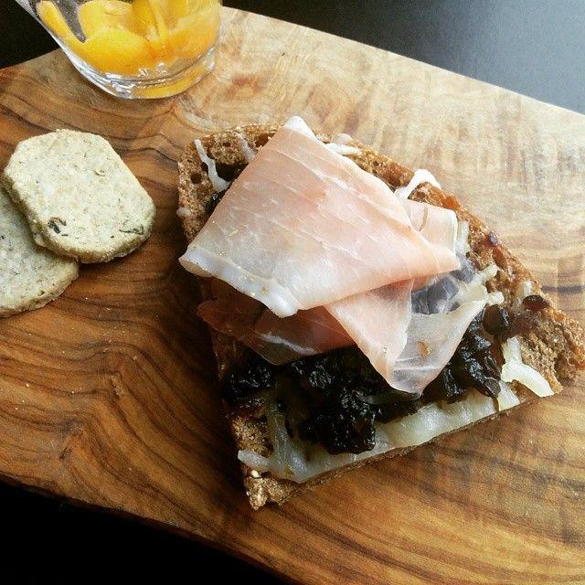 グリルチーズサンドイッチにオニオンジャムとプロシュット  / Grilled cheese sandwich with onion jam and prosciutto.