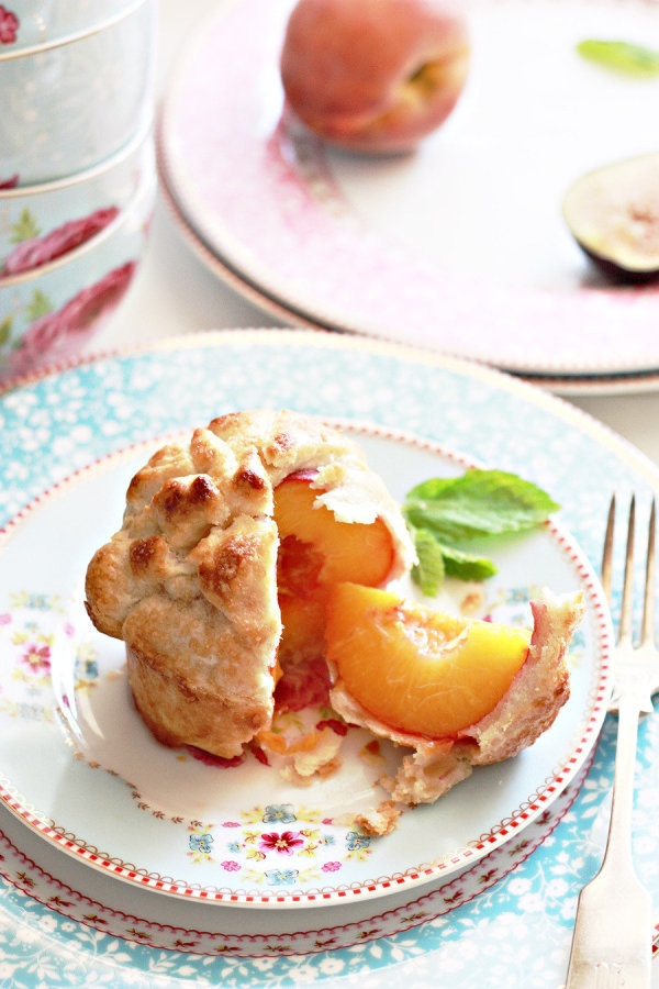 Whole peach pies. Recipe here: http://www.stylemepretty.com/2012/07/22/summer-backyard-party/  Photography by yummymummykitchen.com/: Summer Backyard Parties, Pies Crusts, Food Inspiration, Peaches Pies Recipes, Peaches Desserts, Peaches Recipes, Whole Baking Peaches, Individual Peaches Pies, Style Me Pretty