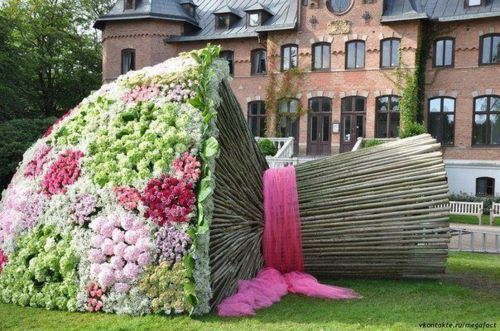 So different use of greenery and flowers