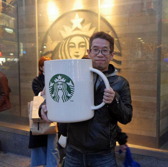 "Baru-baru ini, di awal bulan Desember 2015 Starbucks Jepang merilis mug keramik raksasa seharga US$700. Sejak diperkenalkan pada publik pada tanggal 1 Desember 2015 lalu, ""Big Logo Mug"" yang dijual secara ekslusif kini sudah terjual habis. Seorang pria bernama Sato yang juga membeli gelas raksasa St"
