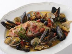 アクアパッツァ - 神保 佳永シェフのレシピ。白ワインと水で魚介を煮る、イタリア版「水炊き」です。魚をふっくらと炊き上げるコツは、貝、トマト、オリーブ、にんにく、ケーパーのうまみを魚に吸わせるようにスープを回しかけながら、ゆっくり火入れしていくこと。アンチョビや貝類に塩気があるため、最後に塩を加える必要はありません。