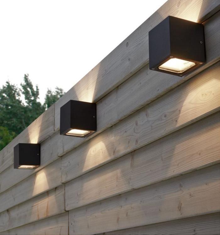 appliques extérieures, appliques carrées sur une cloison en bois