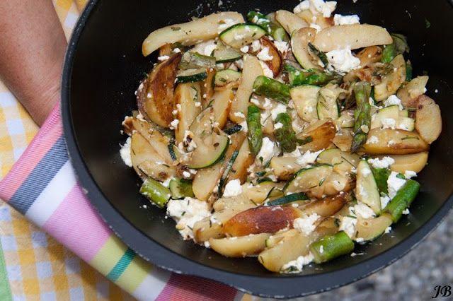 - 1 zak voorgekookte aardappelschijfjes, 450g - verse Italiaanse kruiden of gedroogde naar smaak - 150 g feta - 1 courgette in halve schijfjes - restje groene asperges, in stukjes - zout/peper - olijfolie...