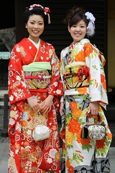 Many great pictures of off-the-street kimono ensembles at Konnichiwa blog.