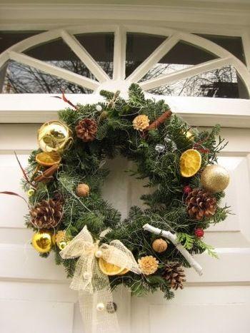 玄関に。リビングに。キッチンに。今年はクリスマスリースを手作りして ... 飾り付けは、自由に! 手持ちのクリスマスオーナメントやリボン、木の実、花