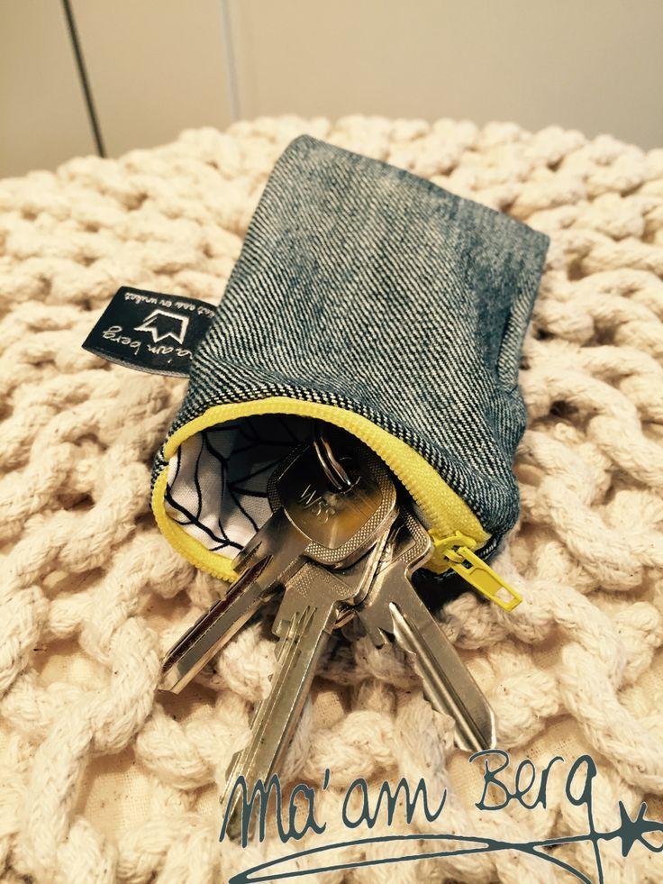 Ein schnelles Nähprojekt: Aus jeweils zwei Quadraten (20x12 cm) und einem Reißverschluss sind gestern Abend diese Schlüsselmäppchen entstanden. Im Innenteil habe ich seitlich eine Schlaufe eingenäh...