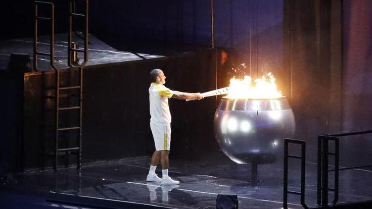 Vanderlei Cordeiro allume la flamme olympique,