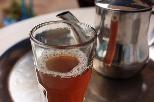 Chá na Mauritânia - Este país tem a sua própria maneira de preparar o chá verde com hortelã tão popular do Norte de África. O costume é consumir três xícaras, acrescentando mais açúcar a cada uma delas como um símbolo da passagem da amargura à doçura.