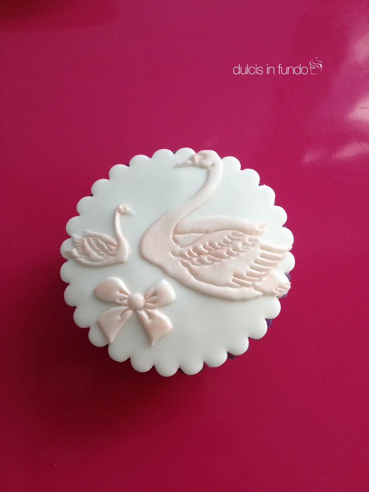 The pink Swans cupcake! by dulcis in fundo