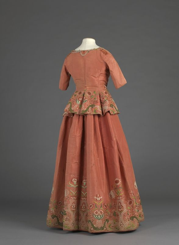 Caraco and skirt (back), Embroidery 1730-1750; outfit 1770-1789, Norway, silk, velvet, silk thread embroidery. Foto: Ivarsøy, Dag Andre / Nasjonalmuseet