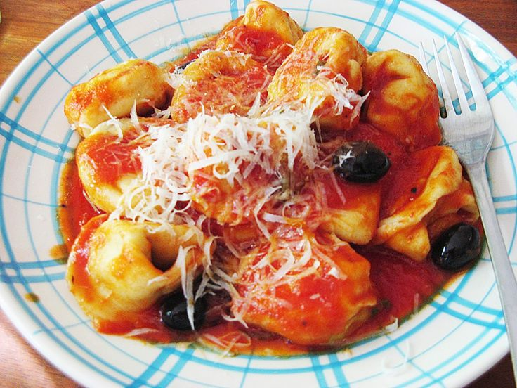 Tortellini gevuld met kip met tomatensaus