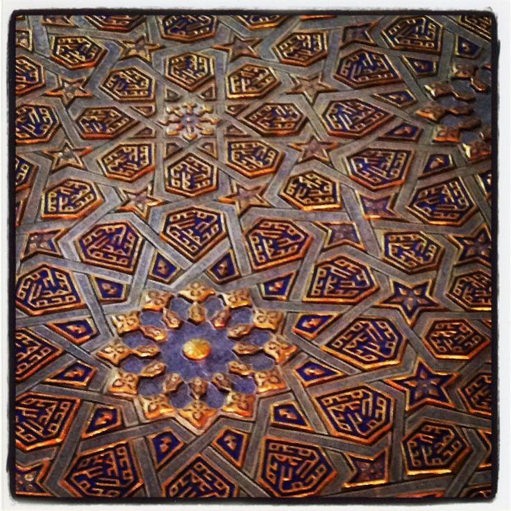 Particolari all'interno del Mausoleo Gur Emir dove riposano le spoglie di Tamerlano (a Samarcanda). La parte ha splendidi rilievi in Cartapesta ricoperta di oro. Nel rilievo si legge il nome del Profeta Maometto. Photo by Riccardo Negro - Walter Viaggi