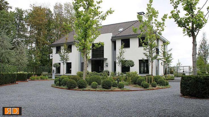 Teo van Horssen | Tuinontwerp grind cortenstaal oprijlaan oprit buxusbollen entree rotonde