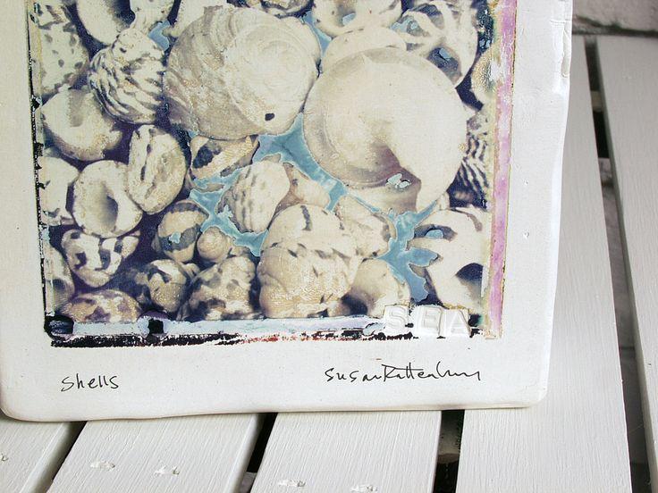 Schelpen.  Polaroid Emulsion overdracht op Canvas-vormige klei.  Schelpen.  Strand Art.  Nautische Polaroid kunst.  Foto afgedrukt op keramiek. door ImageTransfersOnClay op Etsy https://www.etsy.com/nl/listing/93291838/schelpen-polaroid-emulsion-overdracht-op