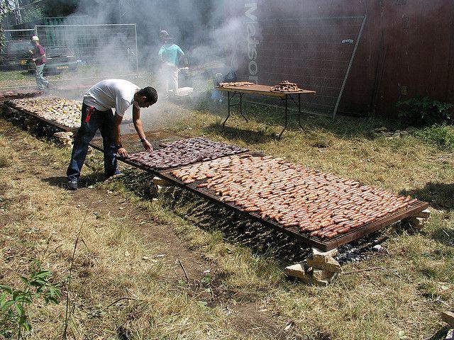 Gran Asado Argentino . Aquí grandes parrillas , con las mejores carnes y las manos diestras del asador .