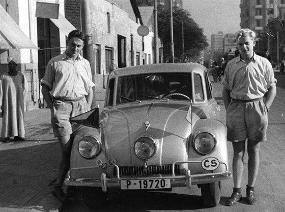 Tatra 87 a cestovatelské legendy. U dveří řidiče stojí Jiří Hanzelka, na druhé...