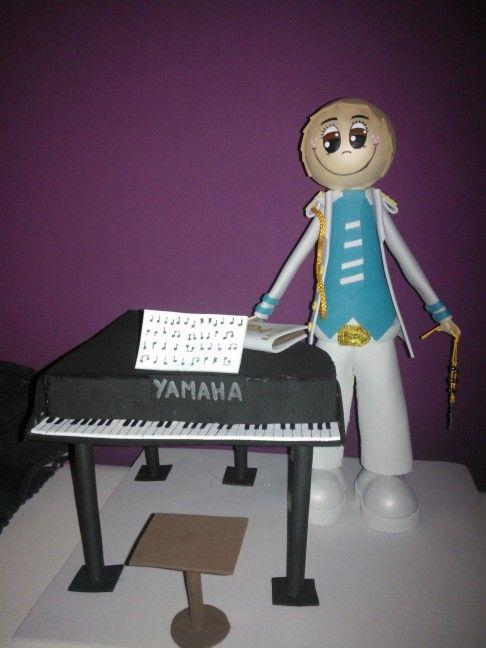 Fofuchas laestrellarosae, niño comunion con piano