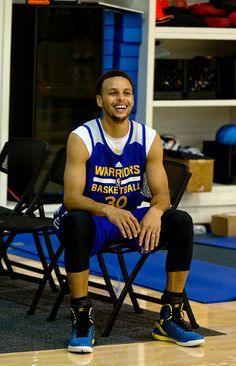 Description of . Golden State Warriors guard Stephen Curry enjoys a lighter moment as the team prepares for its NBA Finals matchup with the Cleveland Cavaliers, Monday, June 1, 2015, at team headquarters in Oakland, Calif. (D. Ross Cameron/Bay Area News Group)