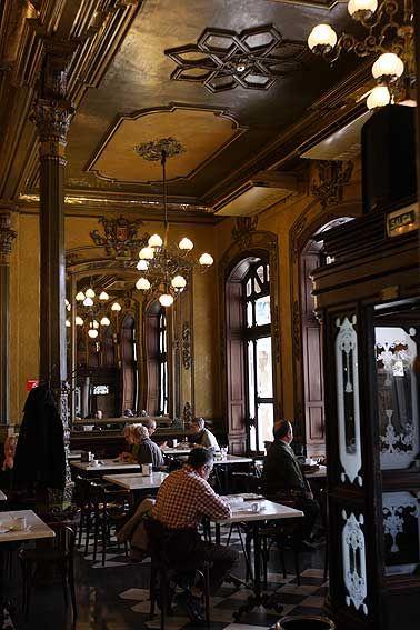 """Café Iruña, Iruña /Pamplona. Fundado en 1888 por un grupo de pamploneses, fue el primer establecimiento con luz eléctrica de Pamplona, """"se abrió al público en vísperas de San Fermín llenándose hasta los porches"""", según dicen las crónicas de la época"""