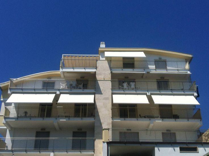 Serie di tende a bracci cassonate intere motorizzate con riduttore somfy RTS marca PRATIC modello MUSA - Copertura gazebo Marca SPRECH modello Beach retrattile sul terrazzo