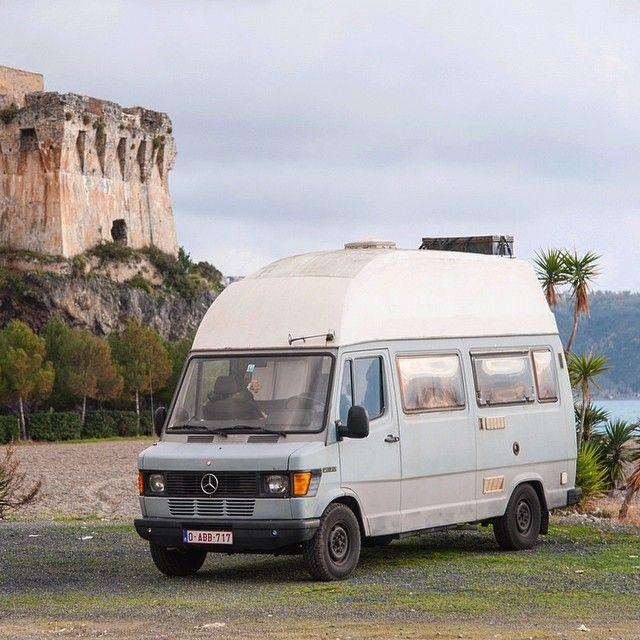 Praia di Mare Italie. Keekoh en mode séance photos dans notre beau parking gratuit via #park4night pour la nuit avec un magnifique coucher de soleil à l'horizon. Il est beau notre camion non!? -- Tu veux toi aussi partir en roadtrip à travers l'Europe curieux? Like et suis-nous sur http://ift.tt/1ALo9cT -- #detourlocal #photooftheday #liveauthentic #ontheroad #instagram #instafollow #visititaly #nomadiclife #nomads #whateveryouradventure #exploretheworld #traveladdict #vanlife #combi #van…