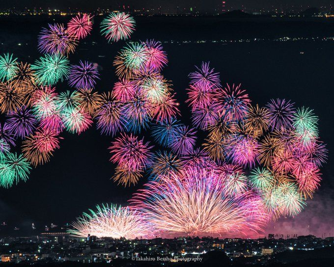 超望遠レンズで20キロ離れた場所から撮影した花火大会の写真が幻想的!「艶やかな花火」「スゴイ」と感嘆の声