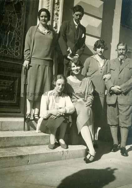 Regele Ferdinand, Principesa Irina a Greciei, Principesa moștenitoare a României Elena, Dany de Hohenzollern, Regina Elisabeta a Greciei (Lisaveta) şi principele moştenitor al României Carol, la Scroviştea, 1923.