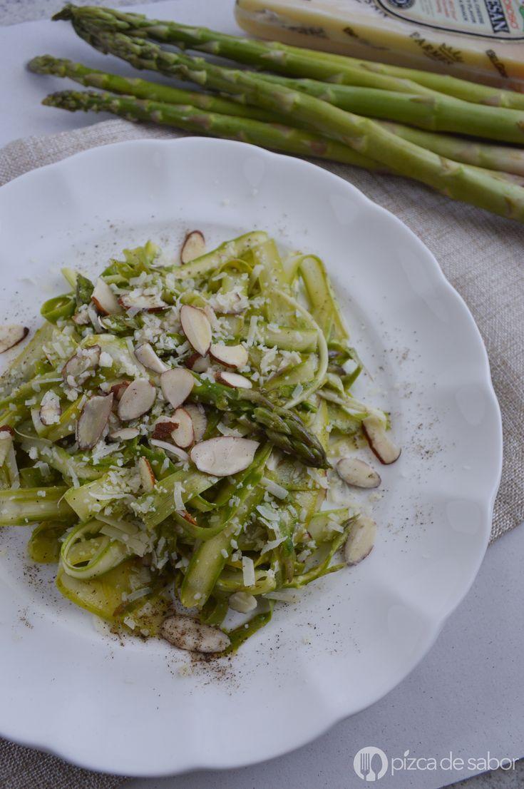 Aprende a preparar esta deliciosa ensalada de espárragos rasurados o rallados con vinagreta de limón, parmesano y almendras... queda riquísima!!