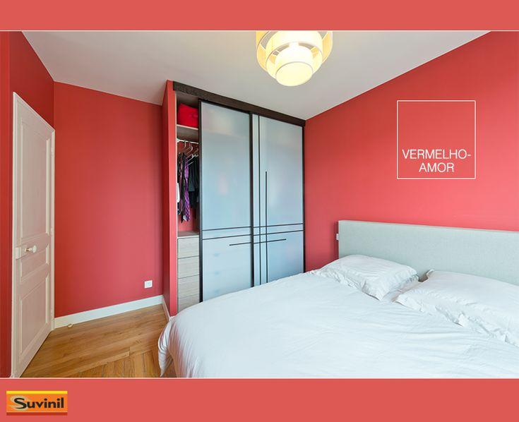 Quem disse que um quarto não pode ser todo vermelho? Nesse exemplo com a cor Vermelho-Amor, o uso de pouca variedade de cores além de vários itens em branco criou um ambiente aconchegante e intimista. Na #PaletaSuvinil: #VermelhoAmor