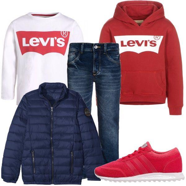 Per questo outfit: jeans effetto délavé, maglietta manica lunga Levi's bianca e rossa, felpa con cappuccio con i colori invertiti rispetto alla maglietta, sneakers rosse e piumino blu scuro.