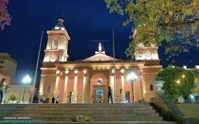 Una foto nocturna de la Catedral vista desde la Plaza 25 de Mayo de la ciudad de Catamarca