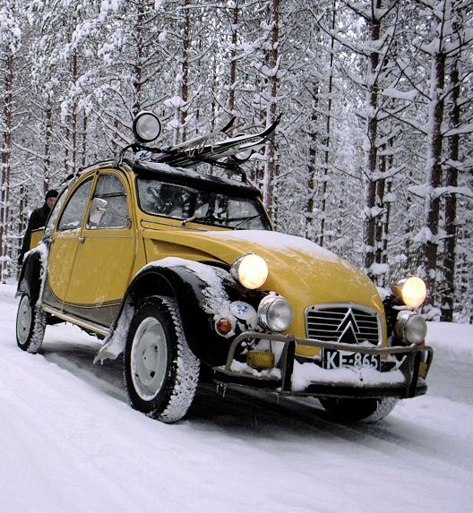citroen 2CV yellow charleston in the snow • citroen 2CV