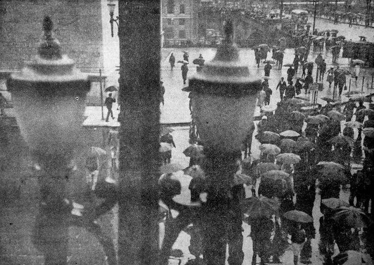 FRIO E CHUVA — Começou anteontem, ao cair da noite, com um friozinho aborrecido e já na madrugada chuva impertinente se abatia sobre a Capital. Pela manhã, incômoda garoa modificou o aspecto de São Paulo, e os guarda-chuvas ressurgiram. E assim foi durante todo o dia, com chuviscos intermitentes, cortantes, e temperatura baixa ... // Blog do Ralph Giesbrecht: A SÃO PAULO DE 1966 (CINQUENTA ANOS ATRÁS)