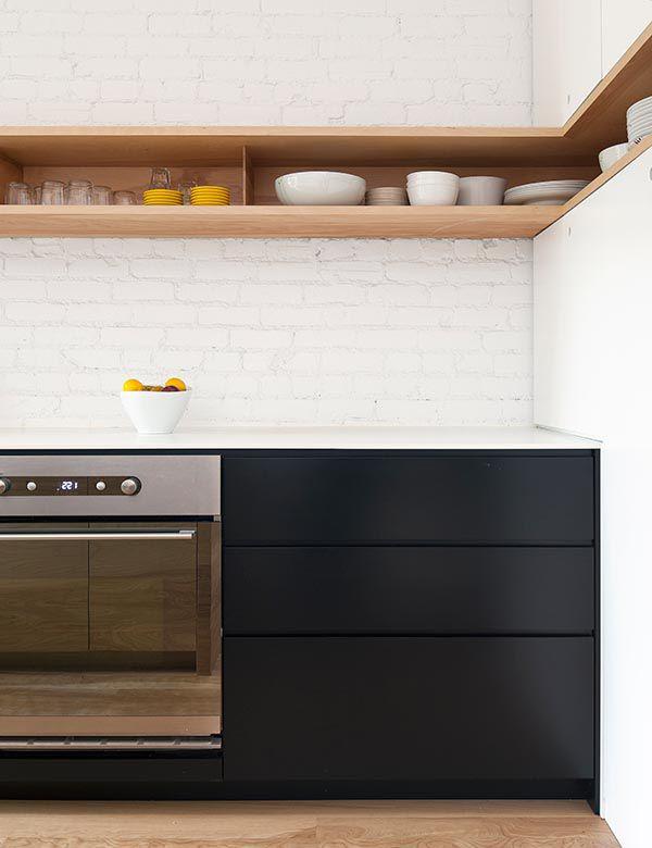高い位置に横長の壁面造作収納のある白ペンキ塗りのレンガのキッチン2