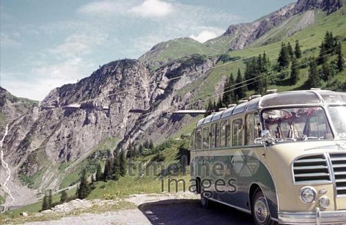 Busausflug nach Österreich Fremmer/Timeline Images #1950 #Retro #Berge #Alpen #Kässbohrer #Bus #Busfahrt #DAV