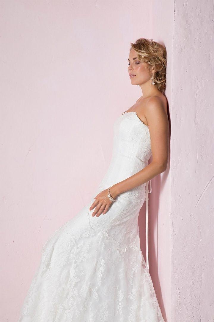 be the light, 1247, collectie 2016 nb. Een en al sierlijkheid is deze kanten trouwjurk. De sweetheart halslijn en vanaf de knie een iets uitlopende rok; de jurk heeft geen verdere toevoeging nodig. #sweethaert #strapless #eenvoudig #koonings