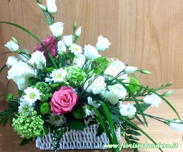 Cesto fiori bianchi e rosa con Lisianthus, rose, viburnum e verdi di complemento