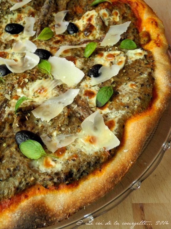 Pizza au caviar d'aubergine et olive noire, anchois, parmesan