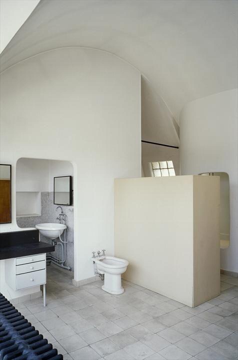 Le Corbusier. Immeuble Molitor, 24 rue Nungesser et Coli, Paris, France, 1931-1934. White walls, vaulted ceiling, square tiles, mosaic tiles.