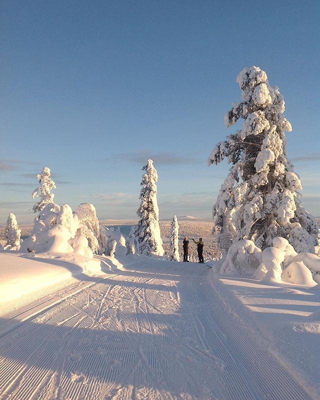 Live.Breathe.Ski  @levilapland #levilapland  @leviskiresort_lapland #SkiLevi  Aivan uskomaton keli tänään tunturissa. Kyllä kelpaa hiihtäjän hiihdellä ja nauttia henkeäsalpaavan kauniista maisemista. Jokos oot varannu oman hiihtoreissusi?  @sokoshotels #sokoshotels  #skiing #skitouring #xcskiing #yhdessähiihtäen #onewaysport #skifahren #suomiretki #visitfinland @ourfinland #visitlapland #landscapephotography #naturephotography #awesomeglobe @awesomeglobe #maisema   Levi, Lapland