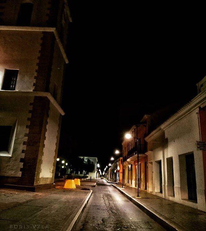 Calle Juncal de #BarcelonaHistorica.  Enamórate de Anzoátegui.  #MiradasMagazine #MiradasRadio #Magazine #EnamoratedeAnzoategui #MiradaFotografica #Anzoategui #Lecheria #Mochima #Turismo #Arte #Marketing #Tecnologia #Gastronomia #RutaGourmet #Iphonepic #canon #ig_an
