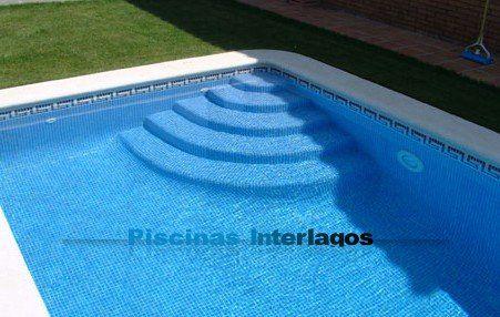 la escalera de obra para piscina mas discreta en forma de