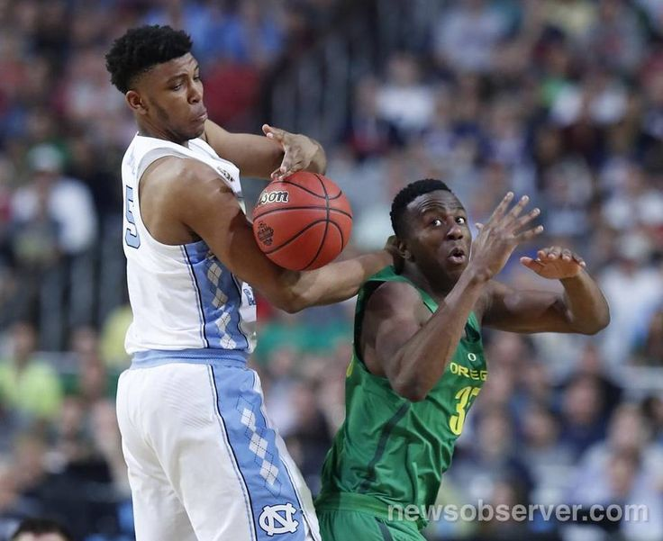 North Carolina's Tony Bradley (5) fights for the rebound with Oregon's Kavell Bigby-Williams (35) during the first half of UNC's game against Oregon in NCAA Division I Men's Basketball Championship national semifinals at the University of Phoenix Stadium in Glendale, AZ, Saturday, April 1, 2017.