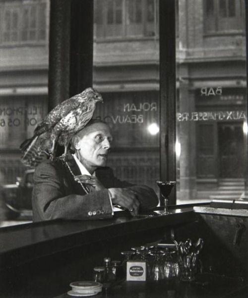 Robert Doisneau, Mr Beauvoir - L'homme au Faucon, 1950