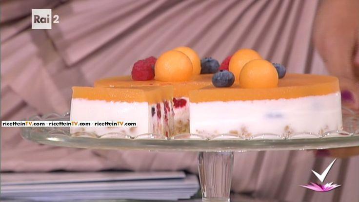 """""""Detto Fatto"""": la ricetta della kefir cake di Franco Aliberti del 14 settembre 2016. Un dolce semplice e salutare, dal sapore ancora estivo."""