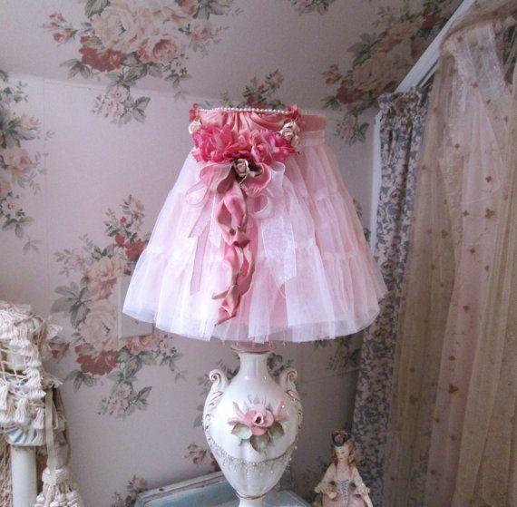 e uno di bellezza gentile...  fatto a mano con amore...    iniziato con paralume stile di ragno rosa con perline rosa appesi al bordo inferiore