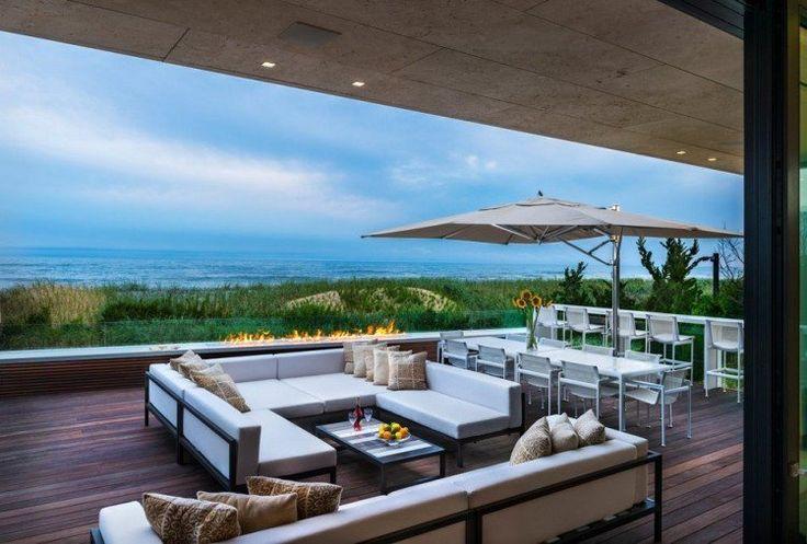 aménagement terrasse avec des meubles de jardin parasol et foyer